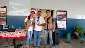 Equipe presenteia o diretor da Escola.