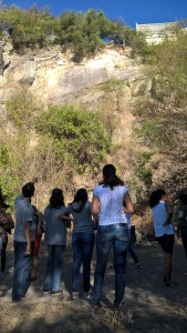 Alunos em afloramento rochoso para projeto de trilha interpretativa