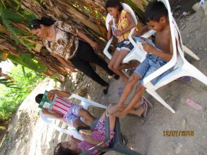 Crianças moradoras da Cacimba da Saúde em roda de leitura