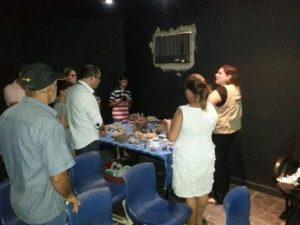 Geógrafa Maria Izabel com visitantes curiosos