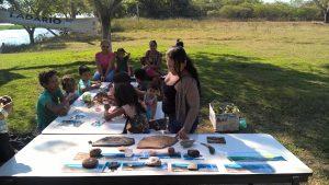 Pinturas e mesa de rochas e fósseis do Geopark